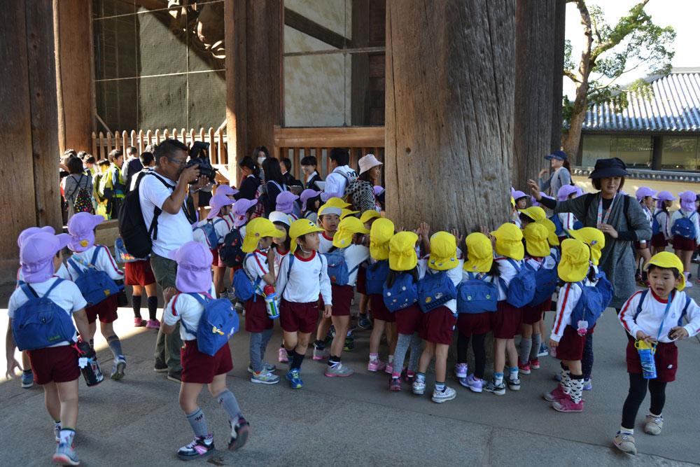 Деца в храма Тодайджи в Нара