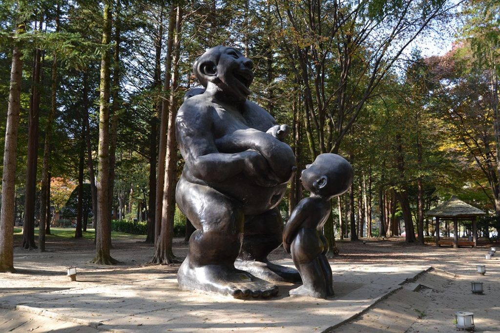 A statue of a mother and son in the Nami Island