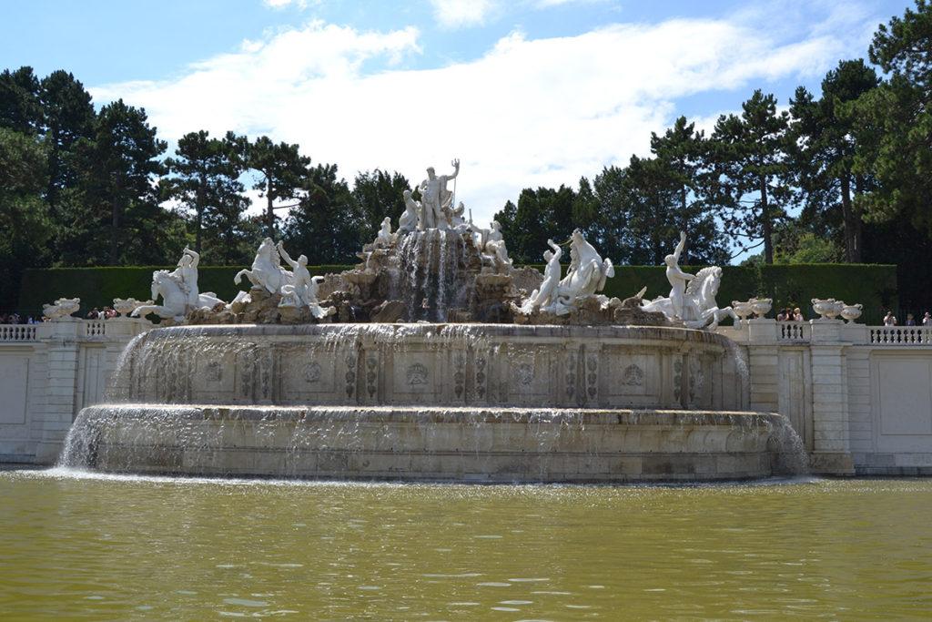 Фонтанът Нептун