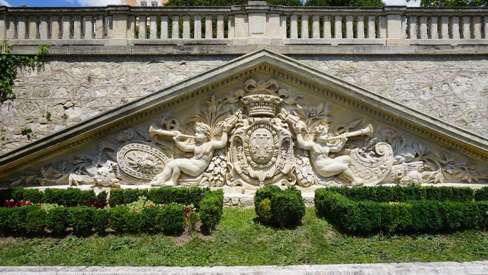 Фронтонът в двореца Евксиноград